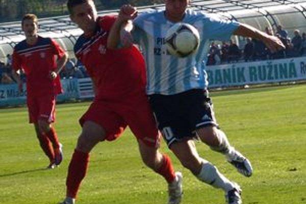Miroslav Chromek (v modrom) v súboji o loptu.
