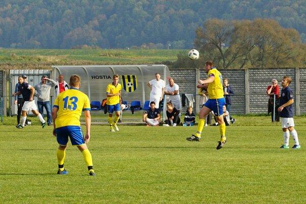 Futbalisti Zv. Slatiny (v žltom) sa šplhajú nahor v tabuľke I. triedy - ilustračné
