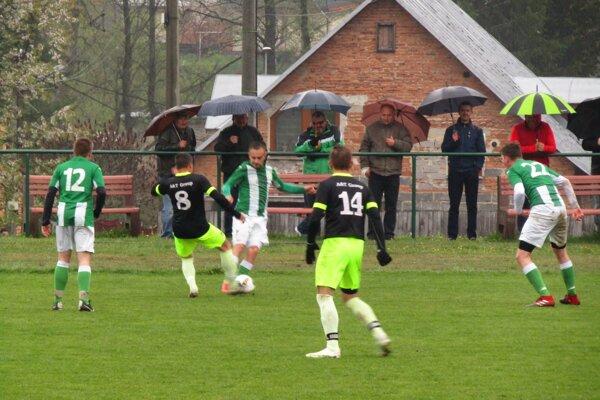 Turzovka (v zelenom) privítala v derby Vysokú nad Kysucou.