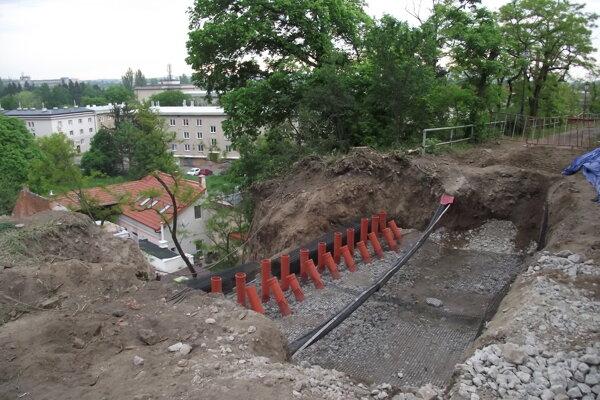 Práce sa začali v hornej časti, kde sa prepadla časť cesty.
