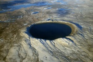 Dopadový kráter Pingualuit v kanadskom Ontariu. Má priemer približne 3,4 kilometra.