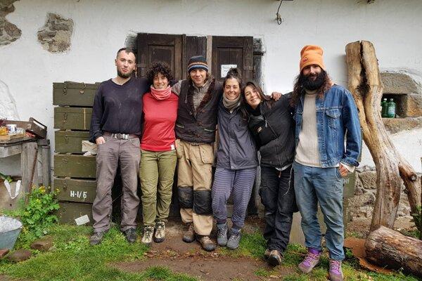 Martin Gavalier (v strede) s dobrovoľníkmi.