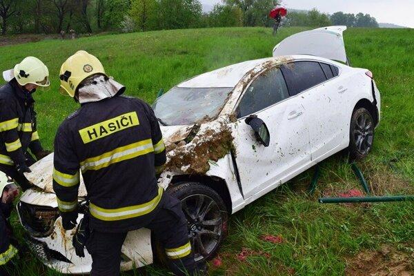 Auto skončilo zdemolované.