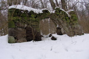 Pozostatok kamennej brány do pivnice za budovou fary.
