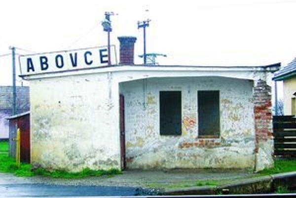 Chátrajúcu budovu v Abovciach vyhľadávajú alkoholici a narkomani.