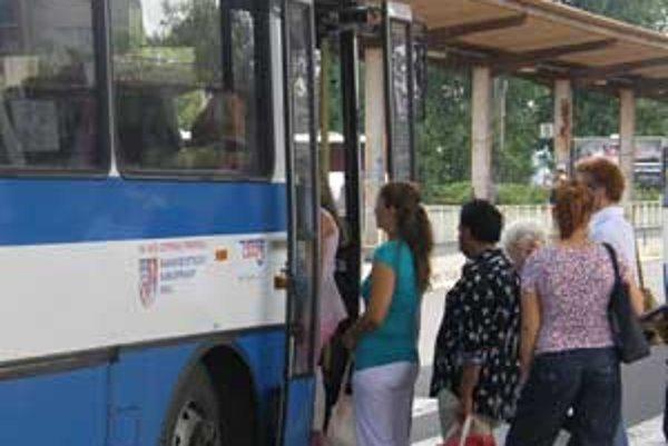 SAD Lučenec pocítila pokles cestujúcich a v tejto dobe prehodnocujú cestovné poriadky.
