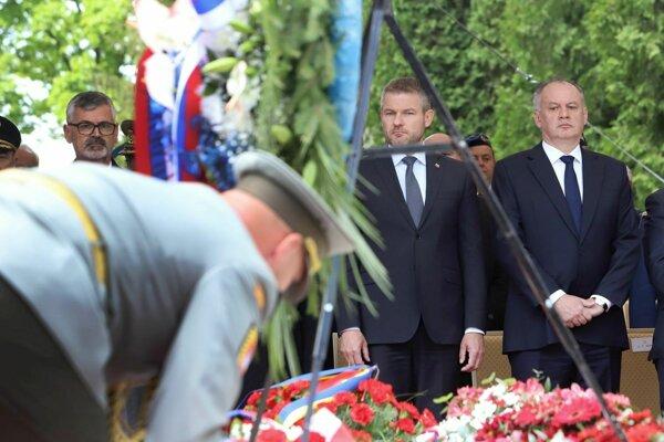 Prezident Andrej Kiska a predseda vlády Peter Pellegrini na dnešných oslavách Dňa víťazstva nad fašizmom vo Zvolene.
