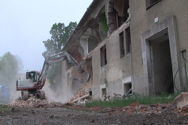 Búranie budovy v Moldave nad Bodvou.