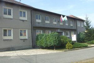 Pred dvoma týždňami vykradli obecnýúrad vo Fiľakovských Kováčoch. Zlodeji ukradli hotovosť a porozbíjali zariadenie.