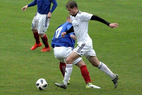 Samuel Kurtulík (v bielom) strelil dôležitý vyrovnávajúci gól.