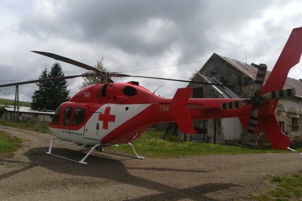 Záchranári pristáli vrtuľníkom priamo v areáli bývalého poľnohospodárskeho družstva v Stropkove.