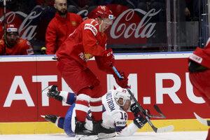 Kirill Kaprizov (v popredí) v súboji s Tobiasom Lindstroemom v zápase Ruska proti Nórsku na MS v hokeji 2019.