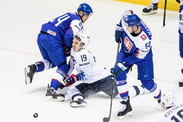 Martin Marinčin (vpravo) v zápase USA - Slovensko na MS v hokeji 2019.