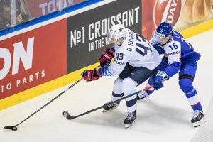 Róbert Lantoši (vpravo) bráni Quinna Hughesa v zápase USA - Slovensko na MS v hokeji 2019.