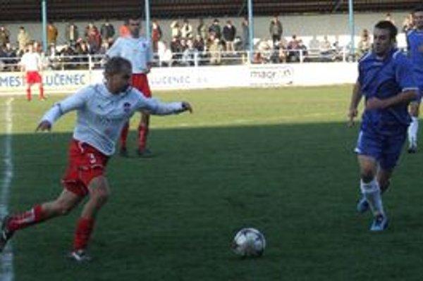 V strede ihriska sa stretli hosťujúci Patrik Pavlenda (vľavo) a autor gólu domácich Peter Hoferica.