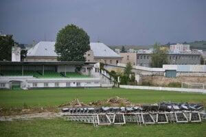 Prešovský štadión v troskách. Symbolizuje to stav celého futbalu v treťom najväčšom slovenskom meste.