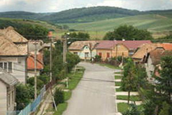 Ľudia z dediny sú rozdelení do troch táborov. Jedni starostu odsudzujú, druhým je to jedno a tí z tretieho ho obhajujú.