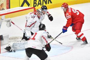 Alexander Barabanov (Rusko) a brankár Bernhard Starkbaum (Rakúsko) v zápase základnej B-skupiny Rusko - Rakúsko na MS 2019.