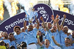 Futbalisti Manchestru City oslavujú titul v Premier League 2018/2019.
