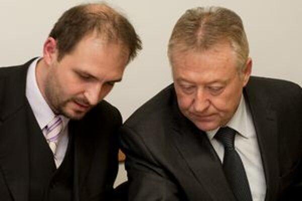 Člen a hovorca organizačného výboru Únie nákladných autodopravcov Slovenska (UNAS) Jaroslav Polaček (vľavo) s Rudolfom Pálešom, členom organizačného výboru UNAS na tlačovej konferencii.