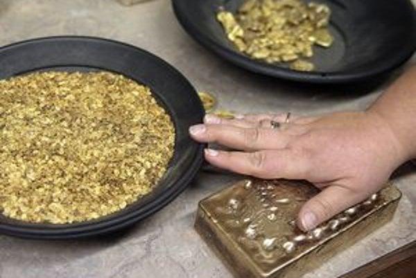 Pre nízky obsah zlata v rude prichádza na viacerých lokalitách do úvahy len ťažba kyanidovou metódou, ktorá je environmentálne neprípustná.