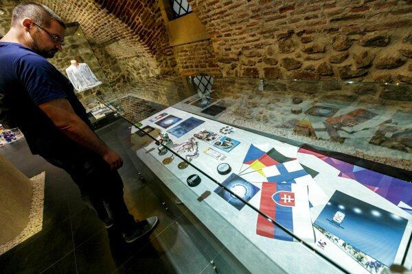 Výstava Opäť žijeme hokejom! z histórie hokejových MS na Slovensku.