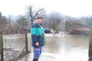 Rieka Ipeľ vystúpi zo svojho koryta aj niekoľkokrát do roka, čo spôsobuje ľuďom, žijúcim pri jej brehu, nemalé problémy.