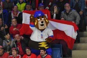 Maskot majstrovstiev sveta, medveď Macejko.