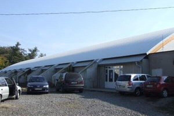 Mesto Lučenec robí rekonštrukciu zimného štadiónu počas jeho plnej prevádzky. Primátor Milan Marko tvrdí, že to prináša mnoho problémov.