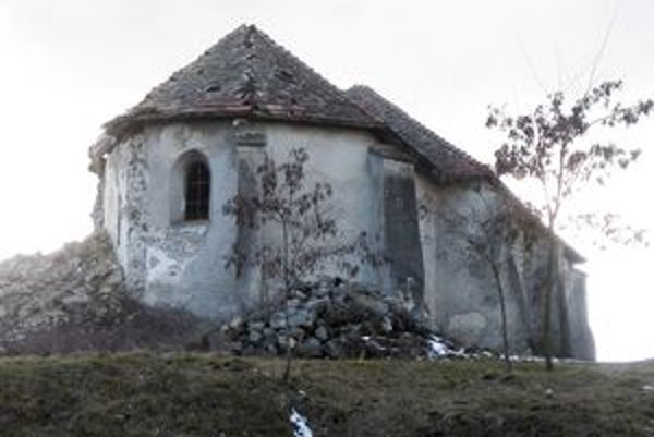 Kostol v Zacharovciach patrí medzi národné kultúrne pamiatky. Po páde 35-metrovej veže z roka na rok chátra.