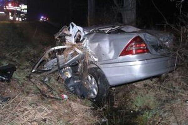 Náraz roztrhol auto.