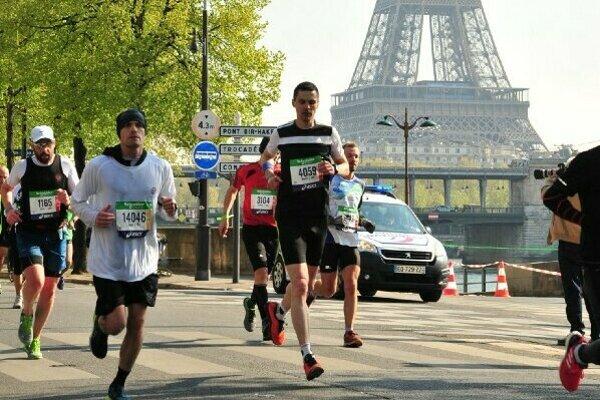 Ján Raclavský (v čiernom tričku s bielym pásom na hrudi) odbehol už 17. maratón v hlavnom meste EÚ.