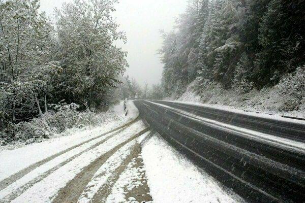 Cestári sa musia pasovať so snehom aj v máji.