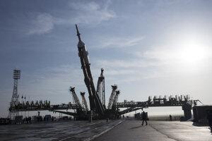 Ruská nosná raketa Sojuz MS-08 na štartovacej rampe v kazašskom kozmodróme Bajkonur.