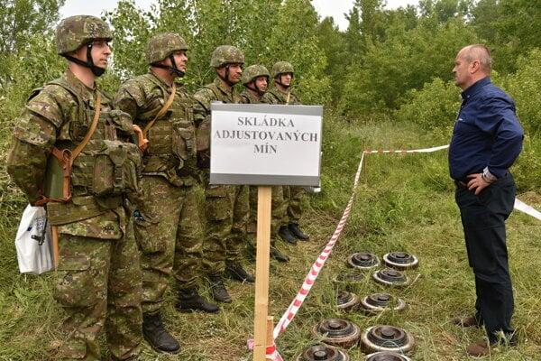 Na snímke vpravo minister obrany SR Peter Gajdoš počas kontroly výcviku príslušníkov aktívnych záloh na cvičisku Váh Ženijného práporu  23. mája 2017 v Seredi.