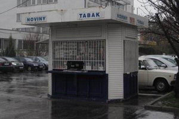 Novinový stánok neďaleko Mestského úradu v Lučenci sa stal terčom zlodejom.
