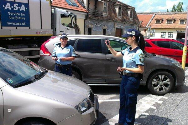 Hliadky mestskej polície kontrolujú spoplatnené centrum každý deň.