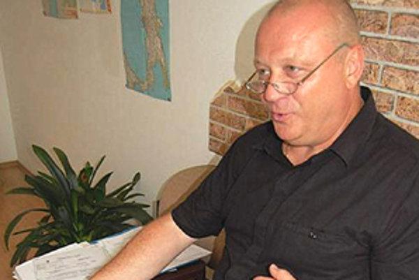 Hlavný kontrolór mesta Mikuláš Cmorík zastupuje poškodenú stranu.