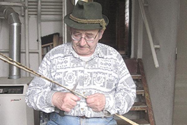 Šikovné ruky Ondreja Barta zhotovili stovky košíkov.