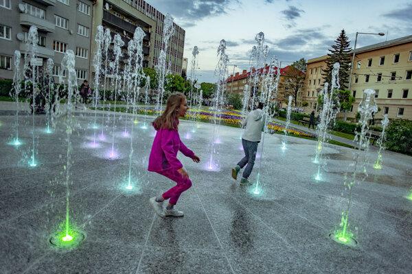 Nová fontána v parčíku pred budovou Mestského úradu na ulici ČSA v Banskej Bystrici sa napriek pretrvávajúcemu chladnému počasiu prakticky okamžite stala obľúbeným miestom.