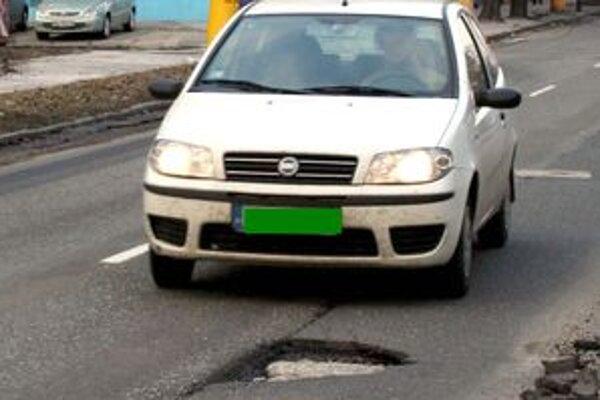 Vodičov v meste Lučenec, ale aj v celom regióne trápia výtlky na cestách.