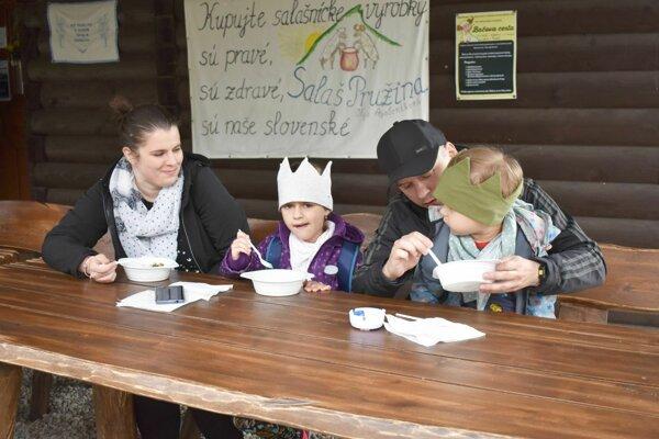 Táto rodinka mala na salaši kráľovský obed.