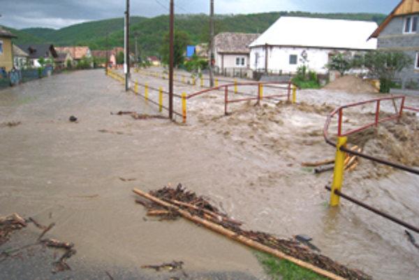 Voda minulý týždeň zaliala námestie i ulice v Hnúšti.