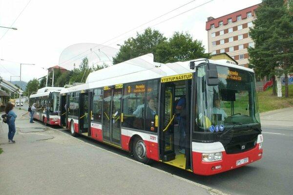 Takýto hybridný trolejbus bude premávať počas víkendu.