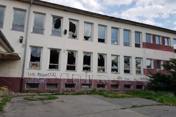 Budova a celý areál chátrajú bez využitia.