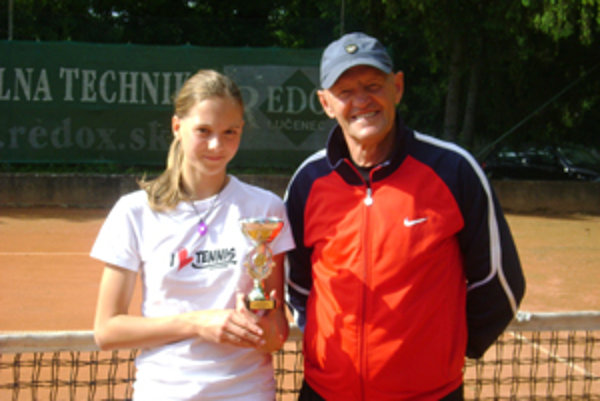 Ľubomíra Grossertová zdokonaľuje svoje tenisové umenie pod vedením trénera Ladislava Žolnera.