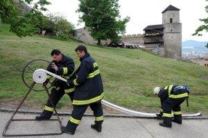 Hasiči cvičia na Trenčianskom hrade.