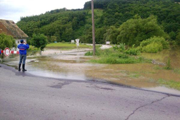 Tretí povodňový stupeň je už len v piatich staniciach na riekach Ipeľ, Slaná a Rimava.