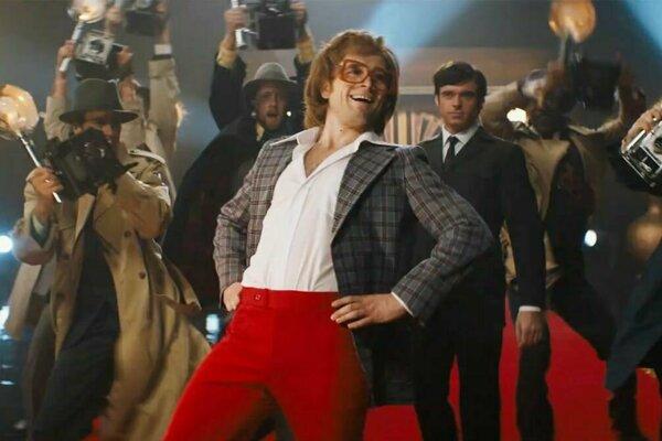 Taron Egerton ako Elton John vo filme Rocketman.