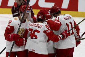 Ruskí hokejisti oslavujú gól v zápase Lotyšsko - Rusko na MS v hokeji 2019.